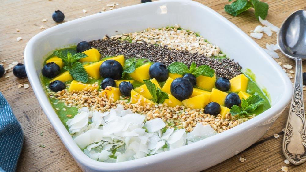 Bild von Grüne Smoothie Bowl mit Mango, Minze, Chia-Samen und süßem Gomasio
