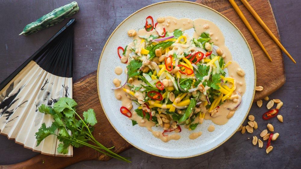 Bild von Mango Salat mit Gurke Erdnuss und roten Zwiebeln