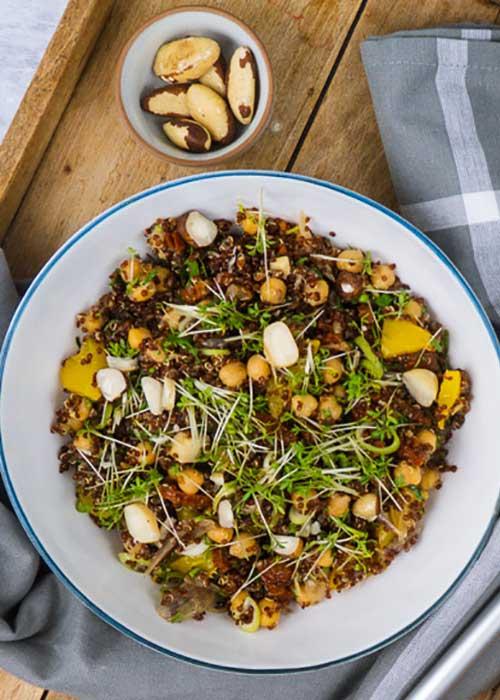 Bild von Roter Quinoa mit Kichererbsen, Rosinen und Schalotten