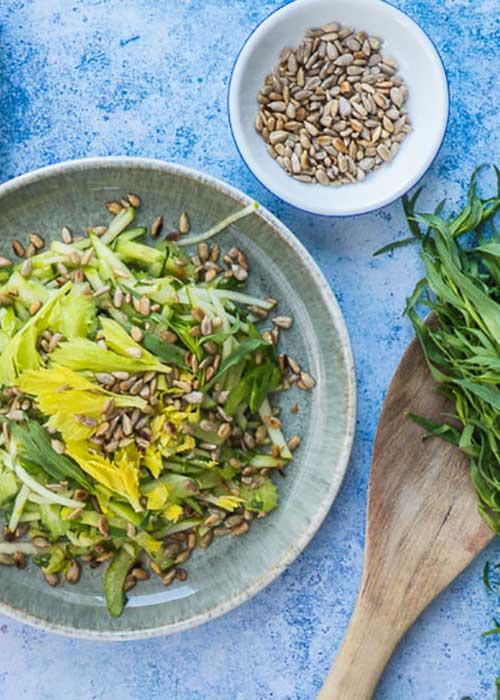 Bild von Salat mit Staudensellerie Granny Smith Gurke und Estragon