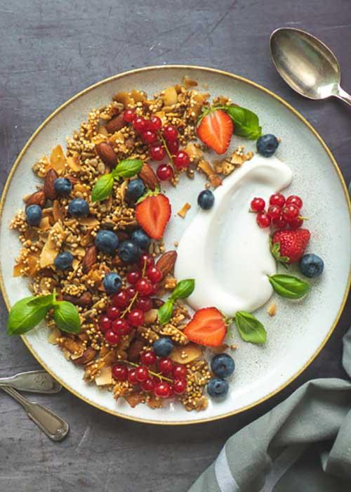 Bild von Selbstgemachtes Granola mit Buchweizen Quinoa und Mandeln