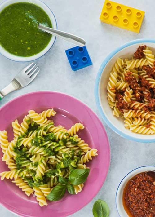 Bild von Vegane Kinder Nudeln mit Basilikum- und Tomatenpesto