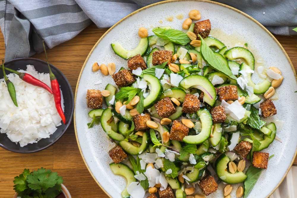 Bild von Thai Tofu Salat mit Gurke, Kokos und Minze
