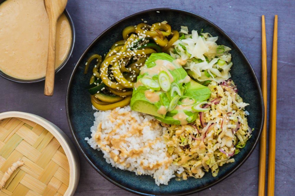 bild-von-vegane-sushi-bowl-wirsing-gurke-ingwer-avocado