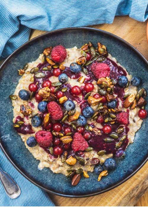 Bild von Veganer Porridge mit Waldbeeren und Crunchy Nüssen