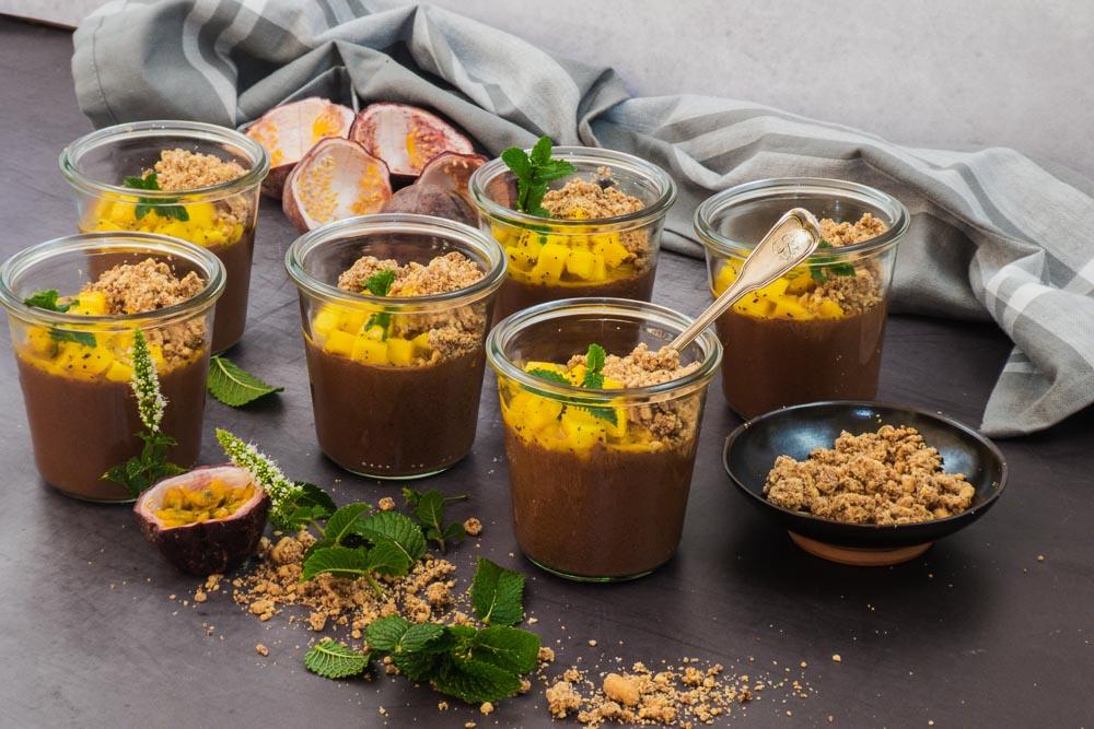 Bild von Veganes Mousse au Chocolat mit Mango Maracuja und Erdnusscrumble