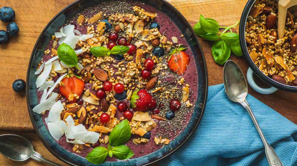 lila-gute-laune-smoothie-bowl