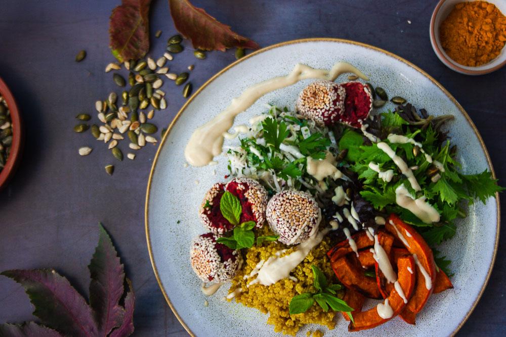 herbst-bowl-ofenkürbis-rote-bete-falafel
