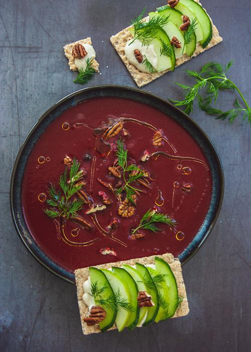 rote-bete-suppe-datteln-apfel-gurken-knäckebrot